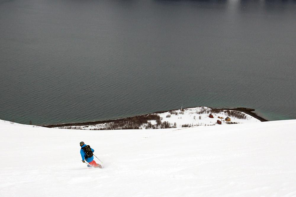 Descente directe sur le fjord
