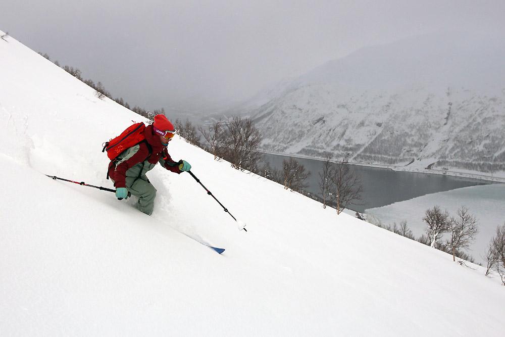 Julia devant Long fjord à moitié gelé