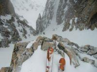 j09_descente-vers-jabeshi-par-un-petit-couloir-repc3a9rc3a9-la-veille-5-3-en-neige-dure-avec-gros-sac-ambiance.jpg