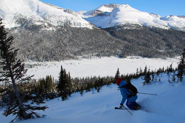 Michel apprivoise doucement les skis de location