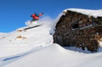 Des cabanes bien enneigées sur le bas