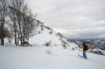 Vue sur un très beau run à seulement 1000m d'altitude, à droite Bagnères