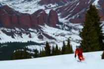 forêt idéale pour le ski face aux rochers rouges